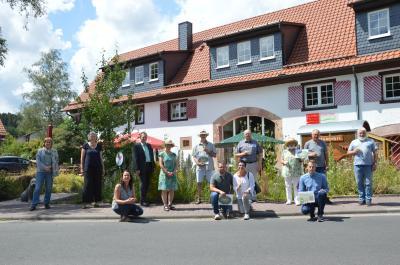 Die Gewinner der Wiesenmeisterschaft mit den Gratulanten bei der Preisübergabe vor der Geschäftsstelle des LPV in Jossgrund-Burgjoß.