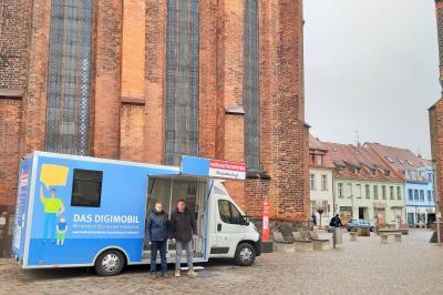 Stadt Perleberg  Standort des Digimobils zwischen Rathaus, Kirche und Krämerstraße