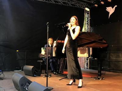 Sopransitin Julia Grutzka überzeugte auf der Bühne des Marie-Curie-Gymnasiums I Foto: Martin Ferch