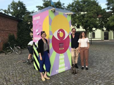 """von links: Adriana Oasanu, Frederic Schröder und Juliette Cellier präsentieren ihre """"Beteiligungs-Bude"""" I Foto: Martin Ferch"""