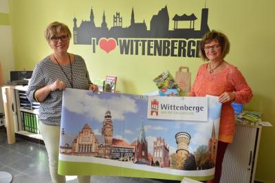 Frauke Spiller (l) und Simone Albers mit einem Banner der Stadt I Foto: Martin Ferch