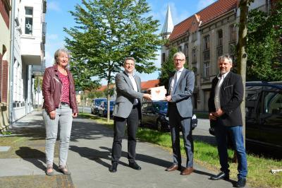 von links: Gabriele Iffländer, Prokuristin der WGW, Bürgermeister Dr. Oliver Hermann, Minister Guido Beermann und Stadtverordneter Thomas Tiepermann I Foto: Martin Ferch