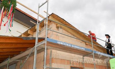 Für den Anbau an die Herbert-Quandt-Sporthalle wurde am Mittwoch Richtfest gefeiert. Zimmermann Christian Schulz hielt den Richtspruch. Foto: Andreas König/Stadt Pritzwalk