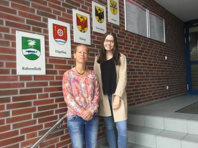 Ausbildungsleiterin Henrike Hahn mit Antonia Lange