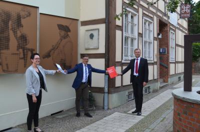 Stadt Perleberg | v.l. Bürgermeisterin Frau Jura, künstlerischer Leiter Herr Raciti, Vorsitzender des Vorstandes der Sparkasse Prignitz Herr Wormstädt bei der Fördermittelübergabe