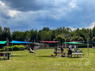 Die neuen Sonnensegel im Haiholzschwimmbad spenden Schatten. Finanziert wurden sie aus dem Bürgerhaushalt. Foto: Andreas König/Stadt Pritzwalk