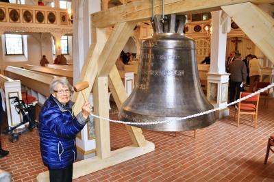 Das älteste Gemeindemitglied, Frau H. Ruf hatte die Ehre für den ersten Schlag auf die Bronzeglocke 'GLAUBE' (S. FRENZEL)
