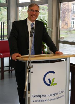 Der stellvertretende Schulleiter der Georg-von-Langen-Schule, Berufsbildende Schulen Holzminden, Dr. Thomas Meyer, lobt die guten Abschlussergebnisse des gesamten Jahrgangs 2020 der Fachoberschule