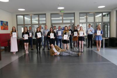 Die erfolgreichen Absolventen des diesjährigen Abiturjahrgangs in der Fachrichtung Wirtschaft mit ihrem Tutor Dr. Stefan Behrens (vorne liegend)