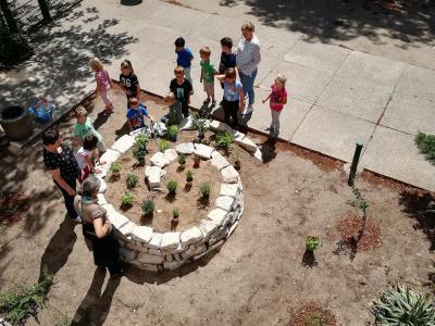 Vorschaubild zur Meldung: Unser Nachbarschaftsgarten wird grün!