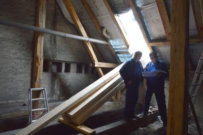 1.Mitarbeiter der Wittenberger Firma PSK Metall- und Anlagenbau nehmen im Dachgeschoss Maß für die Stahlträger  I Foto: Martin Ferch
