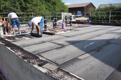 Das Dach wird abgedichtet (Foto: G. Rott)