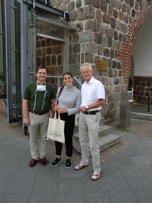 Dr. German Horn, Frau Amparo Cortegoso und Bürgermeister Dr. Michael Koch vor dem Luisentor
