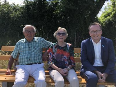 Das Ehepaar Schlegl und Bürgermeister Hagen Zuber weihten die Bank persönlich ein.