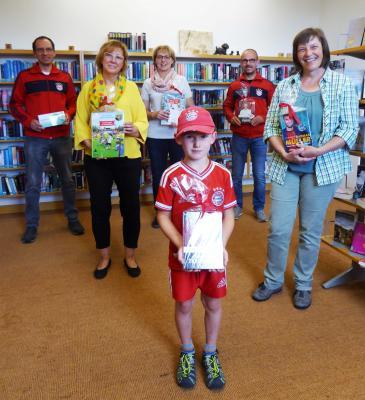Vorschaubild zur Meldung: Bücherspende FC Bayern Fanclub für Bücherei und Grundschule