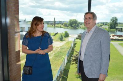 Wissenschaftsministerin Manja Schüle im Gespräch mit Bürgermeister Dr. Oliver Hermann I Foto: Martin Ferch