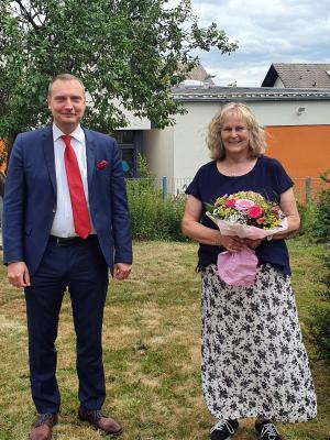 Bürgermeister Möller bedankt sich bei Doris Bölter für 45 Jahre im Dienst der Gemeinde