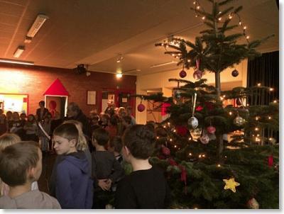 Foto zur Meldung: Weihnachtliche Stimmung breitet sich beim Adventssingen aus