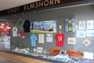 Ausstellungsstücke der Elbestadt schmücken die Stadtvitrine in Elmshorn I Fotos: Karl Klapcia
