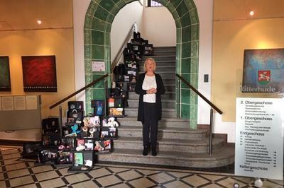 Foto zur Meldung: Eröffnung der Gedenkveranstaltung zum 9.11. durch Frau Bürgermeisterin Susanne Geils