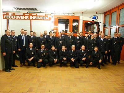 Bürgermeister Benedikt Eckerle (Dritter von links) zeichnete zahlreiche verdiente Mitglieder der Ihringer Feuerwehr aus. Foto: Christine Weirich