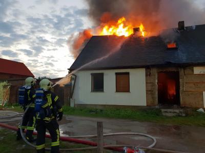 Foto zu Meldung: Einfamilienhaus am Wiesenweg brennt aus