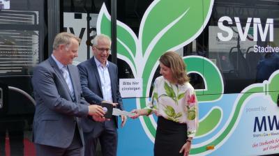 Schlüsselübergabe für den ersten Maintaler E-Bus durch Staatsminister Tarek Al-Wazir und Ulrich Piotrowski, Vertriebsleiter Mercedes Benz Omnibusse