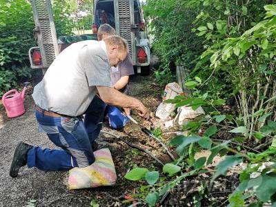 An den Anschlüssen bringen Elektriker Roland Bohn und sein Kollege so genannte Schrumpfmuffen an, die keine Feuchtigkeit durchlassen. Foto: Beate Vogel