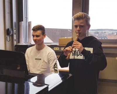 Bilduntertitel: Auch die Brüder Jonathan und Jakob Milz (v.l.) freuen sich wieder auf den Musikunterricht.