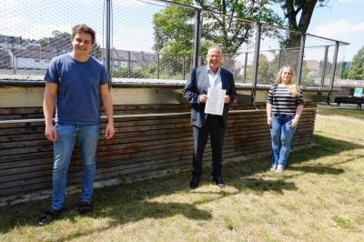 Bild von links: Erster Vorsitzender Martin Häßler, Erster Bürgermeister Stefan Busch und Nina Meister von der Landjugend
