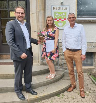 Samtgemeindebürgermeister Gero Janze (links) und Fachbereichsleiter Kai-Stephan Schulz (rechts) gratulieren Milita Jawni zur bestandenen Prüfung. (Bild: SG Grasleben)