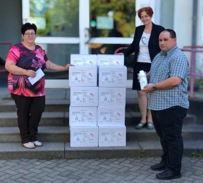 (v.l.) stellv. Gemeindebürgermeisterin Frau Simone Hellwig sowie Schirm-Mitarbeiter/er Annika Pfaff und Sascha Tripke