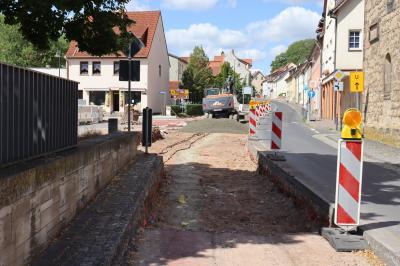 Der Straßenbau hat den Bereich zwischen der Nikolaikirche und dem Standort des früheren Rathauses erreicht. Hier gilt es auch die Belange der Stadtarchäologie zu berücksichtigen, denn es wird im alten Siedlungsgebiet Creuzburgs gebaut.