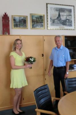 Bürgermeister Dr. Michael Koch gratuliert Frau Lisa Grätz zur erfolgreichen Beendigung der Ausbildung