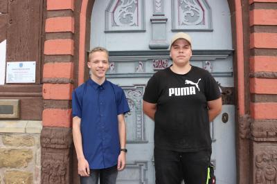 Von links: Nils Funk (Auszubildender zum Verwaltungsfachangestellten) und Justin Renneisen (Fachkraft für Abwassertechnik)