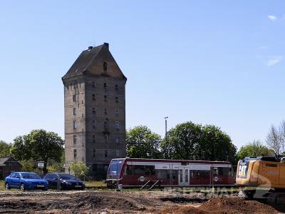 Der Wasserturm am Bahnhof gehört nun der Stadt Pritzwalk. Foto: Beate Vogel