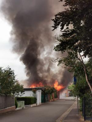 Carport und PKW brennen komplett aus
