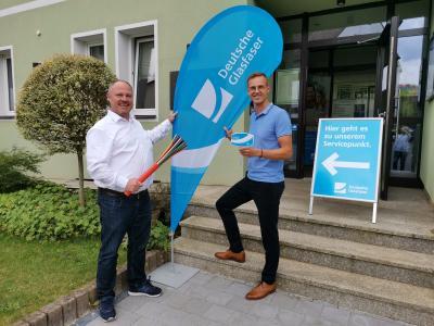 Bürgermeister Holger Bezold und Bernhard Peterander eröffnen den Service-Punkt Deutsche Glasfaser