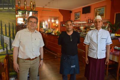 """4.Dr. Oliver Hermann (l) mit Oraby Resz (m) und Antonio Elka im neuen Restaurant """"Ramazotti"""" I Foto: Martin Ferch"""