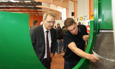 Hendrik Fischer, Staatssekretär im Ministerium für Wirtschaft, Arbeit und Energie Land Brandenburg, beim Messerundgang 2015