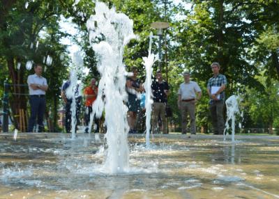 Das begehbare Wasserspiel in der Parkmitte I Foto: Martin Ferch