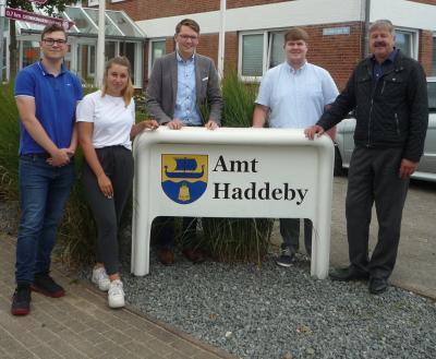 Bild v.l.n.r Oliver Grünwald (3. Lehrjahr), Elke Reetz (2. Lehrjahr), Daniel Drews (FDL 1/ Ausbildungsleiter), Torben Hilmers (1. Lehrjahr), Amtsvorsteher Frank Ameis