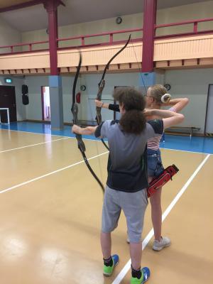 Vorschaubild zur Meldung: Erstes Training der Bogenschützen im KiJuZ