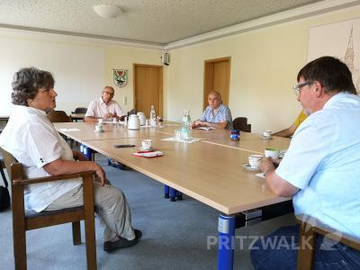 Dr. Kirsten Tackmann im Gespräch mit Dr. Ronald Thiel und Amtsleiter Halldor Lugowski. Foto: Beate Vogel