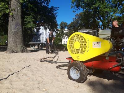 Vorschaubild zur Meldung: Bäume am Seilerplatz bekommen Nährstoffinjektion