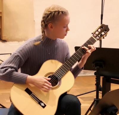 """Schülerin beim Konzert """"Saitenwege"""" in der Hofstube der Burg Neustadt-Glewe. Foto: Ingrid Walter"""