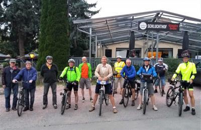 Die Männer Gymnastik Gruppe des Turn- und Sportverein (TSV) Rodenbach bei ihrer letzten Fahrradtour vor dem Start nach der Pause im Biergarten der Gaststätte Schluchthof in Kleinostheim bei Aschaffenburg.