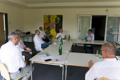 Intensiver Austausch zwischen Christian Baldauf, Rolf-Peter Leonhardt (KHDS-Verwaltungsratsvorsitzender, Andreas Veith (Mitglied des KHDS-Verwaltungsrates), Dr. med. Peter Flies (KHDS-Chefarzt Innere Medizin), Dr. med. Benjamin Bereznai (KHDS-Chefarzt Neurologie), Guido Wernert (KHDS-Geschäftsführer) und Erwin Reuhl (Mitglied KHDS-Verwaltungsrat) v.r. n. l.