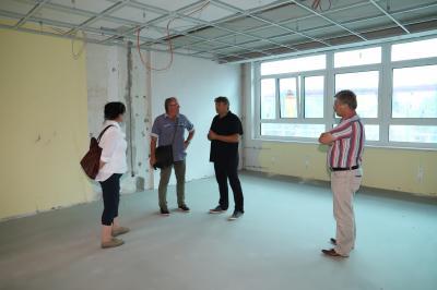 Foto zu Meldung: Begehung der Lehniner Schulanbau-Baustelle
