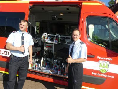 Die Gemeindebrandinspektoren Alexander Körzel und Christian Löffler bei der Verteilung der Spende.